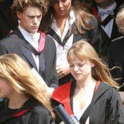Kate Middleton fiel Prinz William auf den Fluren des St. Andrews Colleges auf. Das brünette Mädchen interessierte den Royal, denn sie war ruhiger als die anderen Mädchen und überzeugte durch Sportlichkeit und Bescheidenheit.