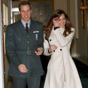 Obwohl sich die Bürgerliche und der Royal bereits im Spätherbst 2001 kennenlernten, wagte es William erst ein Jahr später, die brünette Schönheit nach einer Modenschau zu küssen. So begann die wohl berühmteste Liebesgeschichte unserer Zeit.