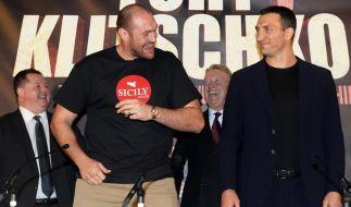 WBA, WBO, IBO und IBF-Schwergewichtschampion Tyson Fury (links) und Herausforderer Wladimir Klitschko (rechts) auf einer Pressekonferenz in Manchester am 27. April 2016. (Foto)