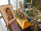 Der Sarg und Porträts der Anfang April verstorbenen Schauspielerin Hendrikje Fitz stehen am 29.04.2016 in einer Trauerhalle in Berlin. (Foto)