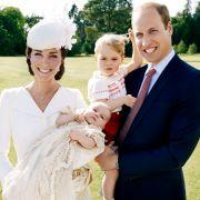 Dieses schöne Bild von der Royal Family hat Fotograf Mario Testino in Norfolk nach der Taufe der kleinen Prinzessin gemacht.