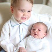 Im Juni 2015 bekommt die Öffentlichkeit erstmals ein Foto von Prinz George und seiner kleinen Schwester Prinzessin Charlotte zu Gesicht.