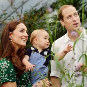 Zum ersten Geburtstag des kleinen Prinzen bedanken sich seine Eltern mit zwei niedlichen Bildern des Wonneproppens für all die guten Glückwünsche, die sie seit seiner Geburt erhielten. Sie wurden im Naturhistorischen Museum London aufgenommen.