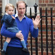 Mit noch nicht einmal zwei Jahren winkt George schon wie die Großen freundlich in die Kameras. Hier ist er mit Papa William auf dem Weg ins Londoner St. Mary's Hospital, um seine kleine Schwester zu begrüßen.
