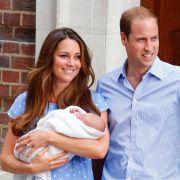 Am 22. Juli 2013 macht der kleine George Alexander Louis um 17.24 Uhr das Liebesglück seiner Eltern Kate und William perfekt. Stolze 3.798 Gramm wog der kleine Prinz bei seiner Geburt.