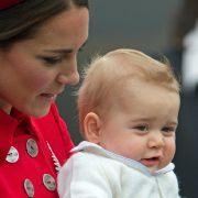 Bei seiner Ankunft in Neuseeland verzauberte Prinz George die Landsleute mit seinen niedlichen Pausbacken und seinem gewohnt coolem Blick.