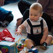 George beim ersten offiziellen Termin seines Lebens - einer Krabbel-Party mit dem gemeinen Volk beim Neuseeland-Besuch.