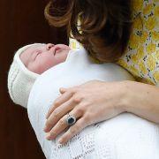 Prinzessin Charlotte Elizabeth Diana von Cambridge wurde am 2. Mai 2015 um 8.34 Uhr in London geboren. Die aktuelle Nummer vier in der britischen Thronfolge brachte bei ihrer Geburt stolze 3.710 Gramm auf die Waage.