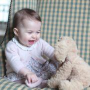 Im November 2015 veröffentlicht die Herzogin das erste Bild der kleinen Prinzessin seit Langem. Catherine schießt die meisten Fotos von ihrem Nachwuchs selbst.