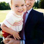 Prinz George hat sichtlich Spaß auf dem Arm seines Vaters.