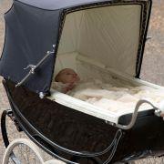 Am 5. Juli 2015 wird die Tochter von Herzogin Catherine und Prinz William in einem stylischen Retro-Kinderwagen vorgefahren. Anlass ist die royale Taufe des zwei Monate alten Mädchens.