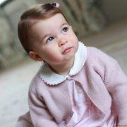Mit großen grau-blauen Augen und niedlichem rosa Jäckchen verzückt Prinzessin Charlotte am Tag vor ihrem ersten Geburtstag.