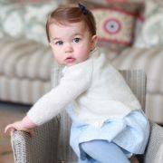 War die kleine Prinzessin als Baby noch ein Ebenbild ihres adeligen Vaters, lassen sich mittlerweile auch die Züge ihrer Mutter Kate in dem kleinen Gesichtchen erkennen.