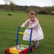 Ausgelassen spielt Prinzessin Charlotte kurz vor ihrer großen Geburtstagsparty im Garten des Kensington Palace.