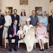 Dieses schöne Familienportrait zeigt die Royal Family. Nur Prinz Harry fehlte am Tag der Taufe. Er war für den guten Zweck in Afrika im Einsatz.
