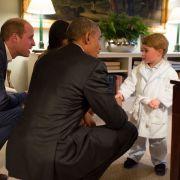 Prinz George trifft US-Präsident Barack Obama in seinem Pyjama und niedlichem Morgenmantel.