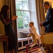 Stolz präsentiert George dem amerikanischen Präsidenten seine