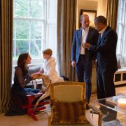 Der kleine Royal durfte extra länger aufbleiben, um den Präsidenten zu treffen. Besonders schön ist dieses Bild von George und seiner Mutter Kate.