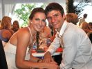 Total verliebt: Thomas Müller mit seiner Ehefrau Lisa. (Foto)