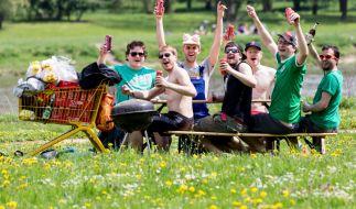 Typisches Bild am Vatertag: Männer mit Alkohol und Bollerwagen. Was hat das mit Christi Himmelfahrt zu tun? (Foto)