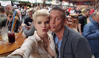 """Melanie Müller (links) mit ihrem Kollegen Stefan Stürmer auf Mallorca in der Discothek """"Bierkönig"""". (Foto)"""