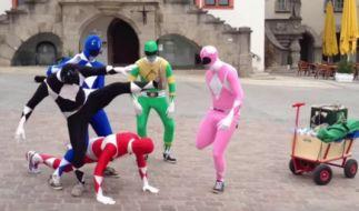 Diese Herren vergnügten sich am Männertag als Power Ranger. (Foto)