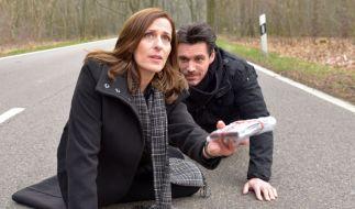 Katrin (Ulrike Frank) konnte David (Philipp Christopher) die Pässe entreißen und will, dass Jasmin flieht...Wird ihr das gelingen? (Foto)