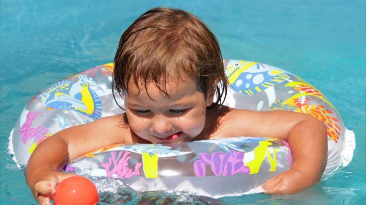 Eltern sollten ihre Kinder nie unbeaufsichtigt im Schwimmbad lassen. (Foto)