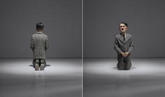 Die knieende Hitler-Skulptur des italienischen Künstlers Maurizio Cattelan. (Foto)