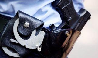Polizisten haben an einem S-Bahnhof in Bayern einen Messerstecher überwältigt. (Foto)