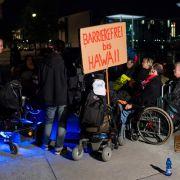 Rollstuhlfahrer in Ketten vor dem Bundestag (Foto)