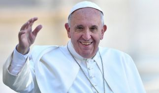 Papst Franziskus, hier auf dem Petersplatz in Vatikanstadt am 7. November 2015, will prüfen lassen, ob in der katholischen Kirche künftig auch Frauen zu Diakonen geweiht werden könnten. (Foto)