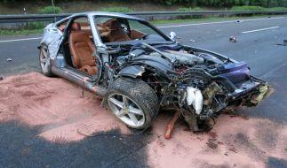 Das Wrack eines Ferraris auf der Autobahn Hannover-Kassel (A7) lässt die Wucht des Aufpralls erahnen. (Foto)