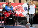 Silly (hier Sängerin Anna Loos im Union-Berlin-Shirt und Gitarrist Uwe Hassbecker im Hansa-Rostock-Trikot) traten bei der Aufstiegsfeier von RB Leipzig in Fan-Outfits anderer Vereine auf. (Foto)