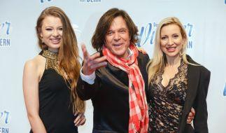 Seiner Tochter Joelina (links) will Jürgen Drews (Mitte) nicht die Karriere versauen. (Foto)