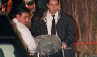 Die Leiche des getöteten Tristan wird am 26.3.1998 im Frankfurter Stadtteil Höchst abtransportiert. (Foto)