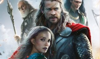 Thor (Chris Hemsworth, M.), Jane Foster (Natalie Portman), Odin (Anthony Hopkins, l.), Loki (Tom Hiddleston). (Foto)