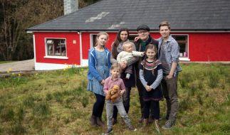 Angelo Kelly und seine Frau Kira mit den fünf Kindern. (Foto)
