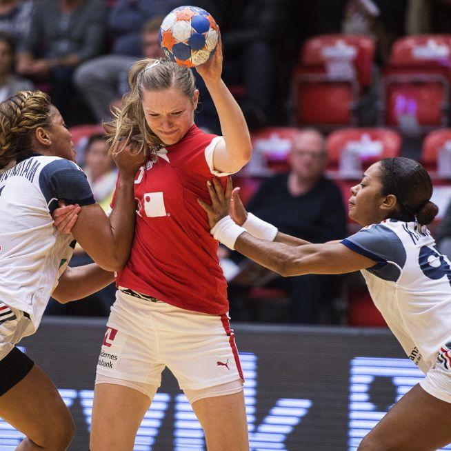 Im Siegesrausch! Handball-Mädels ziehen blank (Foto)