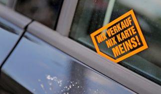 Sind die kleinen Kärtchen an der Autoscheibe überhaupt erlaubt? (Foto)