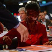 Torten-Attacke auf Sahra Wagenknecht - Aktivisten stürmen Parteitag (Foto)