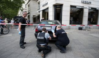 Kriminaltechniker der Berliner Polizei am 28. Mai 2016 vor einem Juweliergeschäft am Kurfürstendamm in Berlin. Bei einem Raubüberfall haben mehrere Täter am Samstagmorgen teuren Schmuck gestohlen. (Foto)