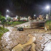 Tote und Verletzte nach schweren Überschwemmungen (Foto)