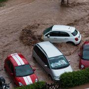 Auch inSchwäbisch Gmünd kam es nach einemUnwetter mit starken Regenfällen zu Überschwemmungen. Die Gewalt der schlammigen Wassermassen reißt alles mit sich.