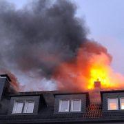 In Wuppertal brannte nach dem Einschlag eines Blitzes ein Dachstuhl.