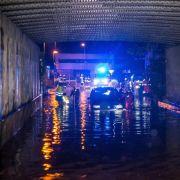 In der Stadt wurdenzahlreiche Unterführungen und Straßen überschwemmt. Hier bergenFeuerwehrmänner in einer Unterführung in Schwäbisch Gmünd ein Fahrzeug.