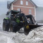 Eiszeit Ende Mai!Auch in Eibenstock im Erzgebirge musste ein Traktor beim Räumen der Straßen nach einem heftigen Hagelschauer helfen.