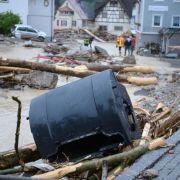 Die Fluten hatten Schutt und Geröll mit sich gerissen. Häuser und Autos wurden beschädigt.