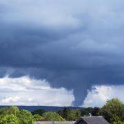 Bereits vor dem Wochenende hatte der Deutsche Wetterdienst vor hohem Gewitterpotenzial gewarnt und Unwetterwarnungen für mehrere Bundesländer herausgegeben.