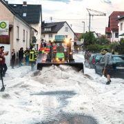 Doch die Unwetter führten nicht nur zu Überschwemmungen.Im Wiesbadener Stadteil Kloppenheim sah man die Straße vor lauter Hagel nicht mehr.